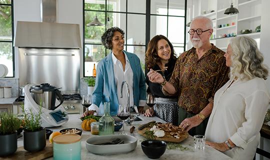 Οικογένεια ετοιμάζει συνταγές με τη βοήθεια του Thermomix TM6 από τη Chef Renard